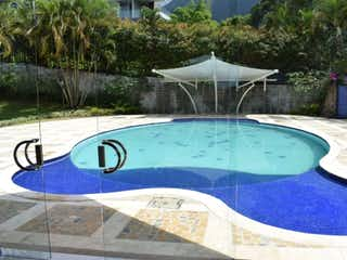 Una vista de una piscina con piscina en VENTA CASA CAMPESTRE EL POBLADO, VIA LAS PALMAS