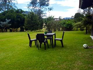 Un par de bancos de parque sentados en la hierba en VENTA FINCA EN PONTEZUELA,INDEPENDIENTE