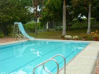 Una piscina que está en el agua en VENTA FINCA  EN SAN JERONIMO, EN UNIDAD