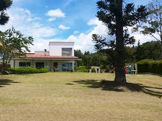 Una casa que tiene un árbol en ella en VENTA CASA CAMPESTRE  ALTO PALMAS, INDEPENDIENTE