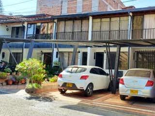 Un coche estacionado delante de un edificio en Venta de Casa en Envigado, Antioquia
