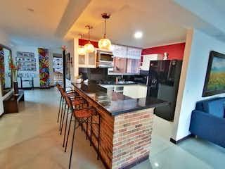 Una cocina con una mesa y sillas en ella en Apartamento venta laureles medellin