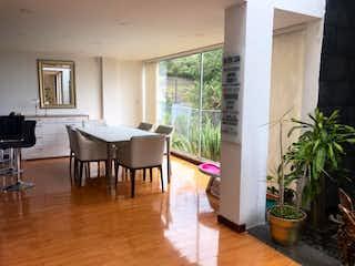 Una sala de estar llena de muebles y un suelo de madera en Casa En Venta En La Calera La Calera