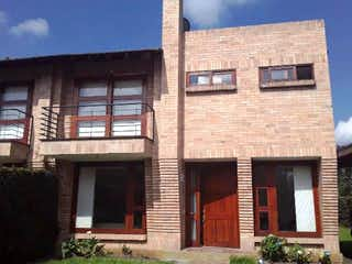 Un edificio de ladrillo con un edificio de ladrillo rojo en ¡SUPER PRECIO! en venta Hermosa Casa en Condominio Campestre, Chia