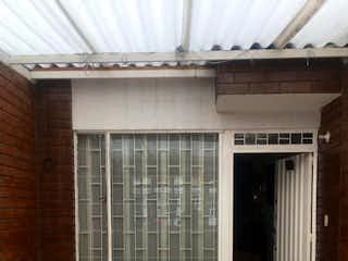 Un baño que tiene una ventana en él en CASA EN VENTA BARRIO AMERICAS OCCIDENTAL, BOGOT