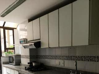 Una cocina con una estufa y un fregadero en CASA EN VENTA BARRIO COLINA, BOGOT