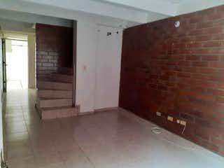 Un cuarto de baño con un inodoro y lavabo en él en Casa en venta en Madelena, 67mt de tres niveles