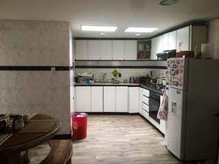 Una cocina con nevera y fregadero en Casa campestre en venta en Cajicá, 258mt