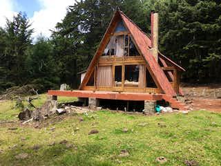 Una casa de madera con un techo de madera y una cerca de madera en Finca La Calera, Casa en venta en Casco Urbano La Calera con Bbq...