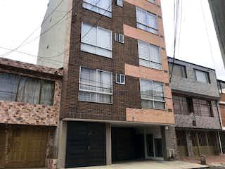 Un gran edificio de ladrillo con una gran ventana en Apartamento En Venta En Bogota La Española