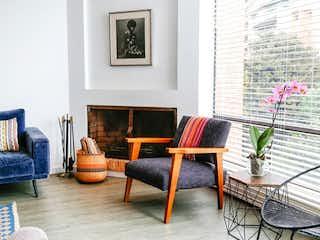 Una sala de estar llena de muebles y una chimenea en Apartamento En Venta En Bogota Rosales