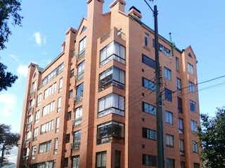 Un edificio alto sentado al lado de una calle en Apartamento en Venta Cedritos Bogotá