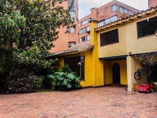 Un edificio de ladrillo con una hidrante de fuego amarillo en Casa En Venta En Bogota La Carolina-Usaquén