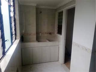 Un cuarto de baño con lavabo y bañera en Venta de Apartamento en El Poblado, Antioquia