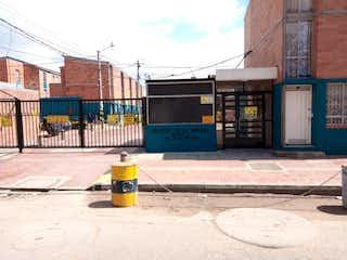 Un hidrante de fuego amarillo sentado delante de un edificio en Casa En Venta En Bogota Gran Granada
