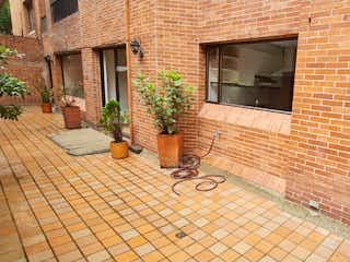 Un edificio de ladrillo con una boca de incendios en él en Vendo apartamento El Nogal terraza 2 alcobas