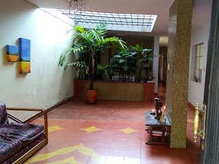 Una sala de estar llena de muebles y una planta en maceta en Casa en venta en La Magnolia de 6 alcoba