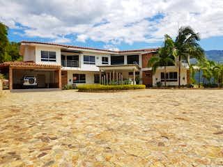 Una casa que tiene un edificio en el fondo en Finca en Venta COPACABANA