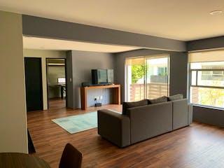 Una sala de estar llena de muebles y una televisión de pantalla plana en Lomas de Tarango, lindísimo departamento con balcón en venta.