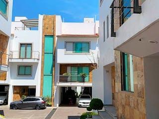 Una esquina con una señal de calle y un edificio en Hermosa Casa en Condominio en Venta, Prol. Abasolo / Fuentes de tepepan
