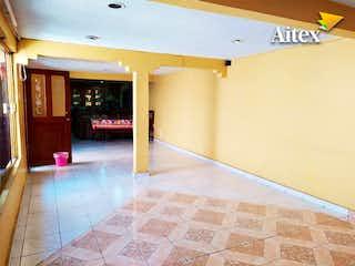 Una vista de una sala de estar y comedor en Excelente Casa en Venta en Colonia Campamento, Iztacalco CDMX