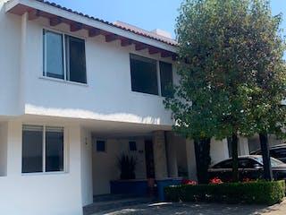 Una casa que tiene una ventana en ella en SE VENDE CASA EN CONDOMINIO ÁGUILAS BAJAS