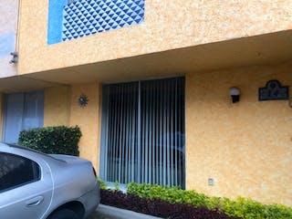 Un coche estacionado delante de una casa en OPORTUNIDAD DE VENTA CASA EN FRACC. RESIDENCIAL