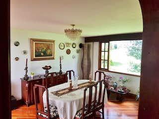 Una sala de estar llena de muebles y una lámpara de araña en PRADO CHESINUT HILL