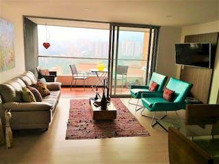 Una sala de estar llena de muebles y una televisión de pantalla plana en Apartamento en Envigado Loma de las Brujas