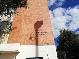 Un edificio de ladrillo alto con un reloj en él en Vendo Apartamento en Tejar de Ontario Tunjuelito; Bogotá
