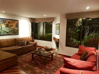 Una sala de estar llena de muebles y una televisión de pantalla plana en VENTA DE APARTAMENTO EN CAMPOALEGRE CON 4 PARQUEADEROS.