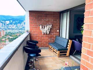 Una habitación muy bonita con una gran ventana en Apartamento en venta en Loma De Los Bernal con acceso a Piscina