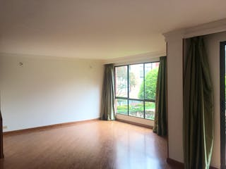 Una vista de un dormitorio con un gran ventanal en Casa en venta en Santa Helena, 191mt de tres niveles