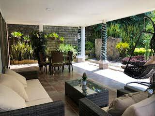 Una sala de estar llena de muebles y una gran ventana en Casa en venta en Calle Larga 400m² con Zonas húmedas...