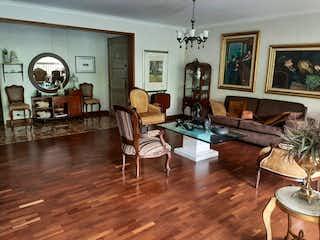 Una sala de estar llena de muebles y un reloj en Apartamento en venta en el Poblado - Catay, sector Tomatera