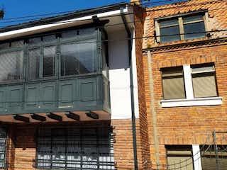 Un gran edificio de ladrillo con una gran ventana en Casa En Arriendo/venta En Bogota Quinta Camacho