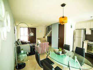 Una sala de estar llena de muebles y una lámpara de araña en Villas Terra 3
