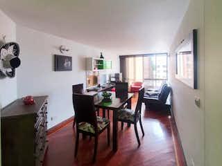 Una sala de estar llena de muebles y una mesa en APARTAMENTO EN VICTORIA NORTE