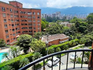 Un banco de madera sentado delante de un edificio en vendo apartamento Envigado Villa Grande