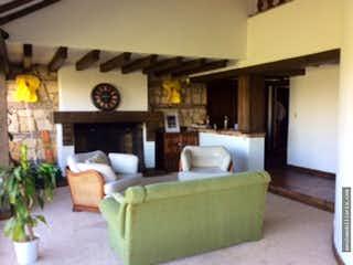Una sala de estar llena de muebles y una chimenea en VENDO TERCERIA CASA SANTA ANA ORIENTAL