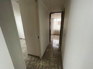 Un pasillo que conduce a un pasillo con una puerta en VENTA DE APARTAMENTO FERROCODA ( FONTIBON)