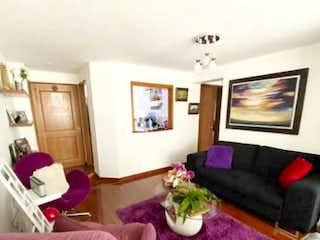 Una sala de estar llena de muebles y una televisión de pantalla plana en VENTA APARTAMENTO BATN