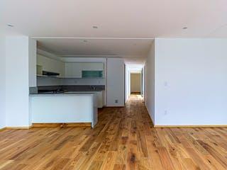 Una cocina con suelos de madera y paredes blancas en Ensenada 66