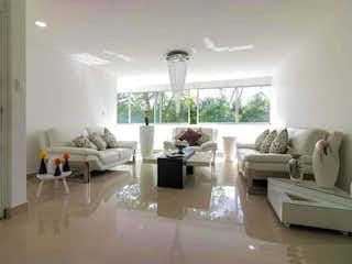 Una sala de estar llena de muebles y una gran ventana en Apartamento en venta en El Tesoro de 160m²