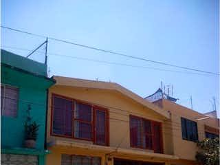 Una calle con un edificio y una boca de incendios amarilla en Casa en venta en San Miguel Teotongo de 200m²