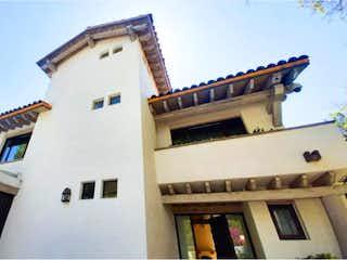 Un gran edificio con un reloj en él en Casa en venta en Lomas De Vista Hermosa de 350m² con Jardín...