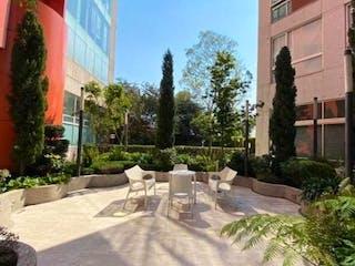 Un par de sillas blancas sentadas delante de un edificio en DEPARTAMENTO EN RENTA O VENTA EN RESIDENCIAL LA CITE  A  10 MIN.  DE SANTA FE