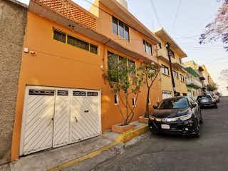 Un coche estacionado delante de un edificio en VENTA DE CASA CON 2 DEPARTAMENTOS