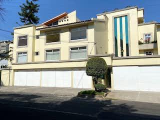 Un edificio blanco con un reloj en la parte delantera en Encantador departamento en la Del Valle