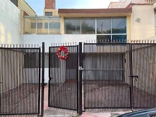 Un edificio con una señal en el costado en Muy buena casa para remodelar en Las Aguilas